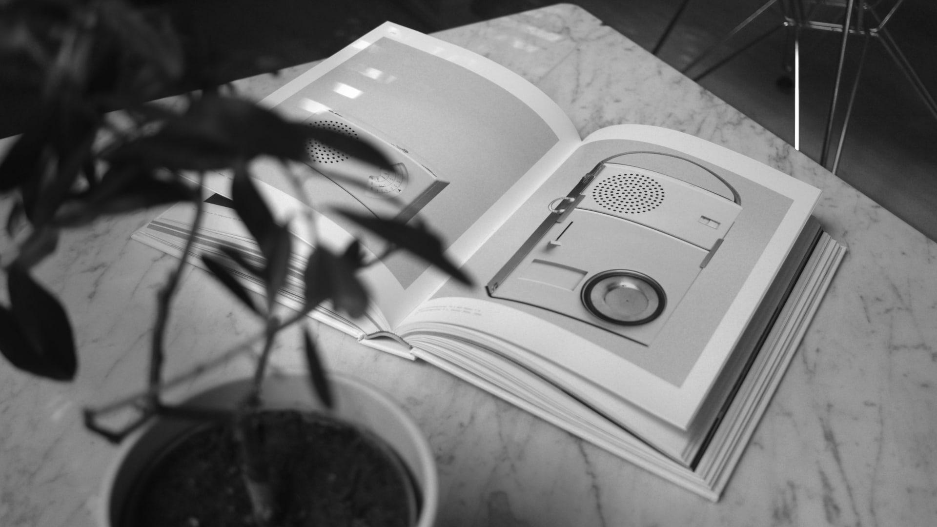 Abbildung der Biografie von Dieter Rams auf einem Tisch liegend